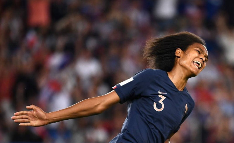 Wendie Renard comemora gol da França